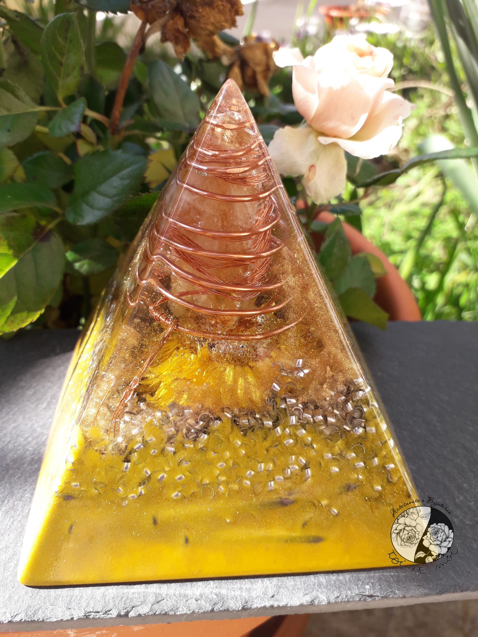 Orgonite em Pirâmide amarela com Citrino