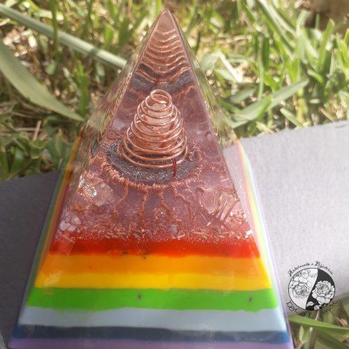 Orgonite em Pirâmide com a representação dos Chakras