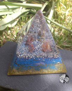 Orgonite em Pirâmide com a árvore da vida e chave